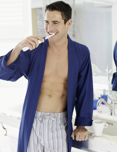 Chico lavándose los dientes